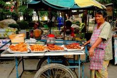 Nakhon, Pathom, Tailândia: Vendedor de alimento da mulher Foto de Stock