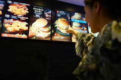 NAKHON PATHOM, TAILANDIA - FEBRERO DE 2018: la lista determinada del menú de la hamburguesa del ` s de McDonald a bordo Imágenes de archivo libres de regalías