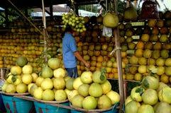 Nakhon, Pathom, Tailandia: Venditore che vende i pomeli fotografia stock libera da diritti