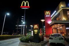NAKHON PATHOM TAJLANDIA, FEB, -, 2018: McDonald ` s przejażdżka przez usługa w nocy scenie i restauracja Zdjęcia Royalty Free