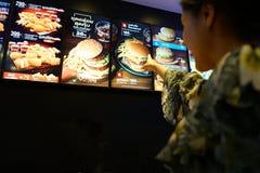 NAKHON PATHOM, THAILAND - FEBRUAR 2018: die McDonald-` s gesetzte Menüliste Burgers an Bord Lizenzfreie Stockbilder
