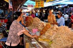 Nakhon Pathom, Thailand: Kvinnamatförsäljare Arkivbild