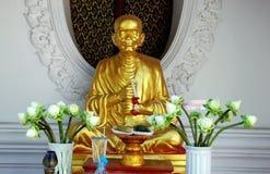 Nakhon Pathom, Thailand: Munk Figure på den thailändska templet Arkivbild