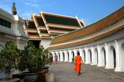 Nakhon Pathom Thailand: Munk på Wat Phra Pathom Chedi Royaltyfri Bild