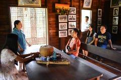 Nakhon Phanom Thailand - Augusti 11, 2018: Besökare som lyssnar till Ho Chi Minh den minnes- husägaren royaltyfri bild