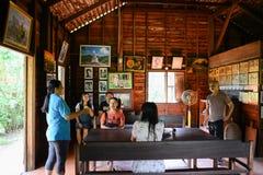 Nakhon Phanom Thailand - Augusti 11, 2018: Besökare som lyssnar till Ho Chi Minh minnes- hus arkivbilder