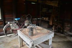 Nakhon Phanom Thailand - Augusti 11, 2018: Besökare som lyssnar till Ho Chi Minh minnes- hus royaltyfri fotografi