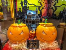 Nakhon Ratchasima/Таиланд - 14-ое октября 2018: чашка tumbler тыквы набор хеллоуин главные и ведро попкорна на полке на кино стоковые изображения