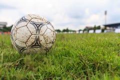 Nakhon Ratchasima, Tailândia - 1º de outubro: Bola de futebol enlameada em um campo de futebol no estádio municipal Nakhon Ratcha Imagem de Stock