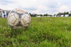 Nakhon Ratchasima, Tailândia - 1º de outubro: Bola de futebol enlameada em um campo de futebol no estádio municipal Nakhon Ratcha Imagens de Stock