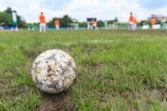 Nakhon Ratchasima, Tailandia - 1 de octubre: Balón de fútbol fangoso en un campo de fútbol en el estadio municipal Nakhon Ratchas Foto de archivo libre de regalías