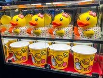 Nakhon Ratchasima/Thaïlande - 14 octobre 2018 : La tasse de culbuteur de canard jaune et le seau principaux de maïs éclaté ont pl images libres de droits