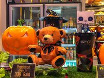 Nakhon Ratchasima/Thaïlande - 14 octobre 2018 : tasse de culbuteur de potiron ensemble Halloween et de seau principaux de maïs éc images libres de droits
