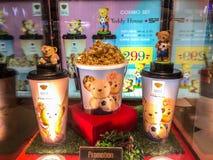 Nakhon Ratchasima/Thailand - 14. Oktober 2018: Teddybärhausschale und Popcorneimersatz-Teddybärhaus im Regal am Kino lizenzfreie stockfotos