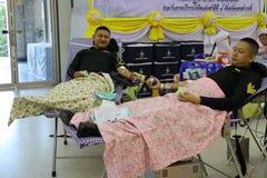 Nakhon Sawan, Таиланд, 29-ое апреля 2019 Азиатские люди, доктора и медсестры дарят кровь в больницах здравоохранения стоковые фотографии rf