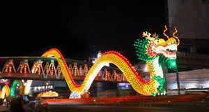 Nakhon Sawan, Tailândia - 5 de fevereiro de 2017: Ano novo chinês em muitos turistas O sinal mostra um dragão Foto de Stock Royalty Free