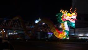 Nakhon Sawan, Tailândia - 5 de fevereiro de 2017: Ano novo chinês em muitos turistas O sinal mostra um dragão Imagem de Stock Royalty Free