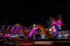 Nakhon Sawan, Tailandia - 5 de febrero de 2017: Año Nuevo chino en muchos turistas El semáforo muestra un dragón Imágenes de archivo libres de regalías