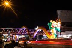 Nakhon Sawan, Tailandia - 5 de febrero de 2017: Año Nuevo chino en muchos turistas El semáforo muestra un dragón Fotos de archivo