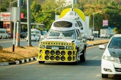 Nakhon Sawan Thailand: Februari 19, 2019: Kraftig förstärkare och högtalare på gula uppsamlingar för annonsering arkivfoton