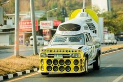 Nakhon Sawan Thailand: Februari 19, 2019: Kraftig förstärkare och högtalare på gula uppsamlingar för annonsering royaltyfria foton