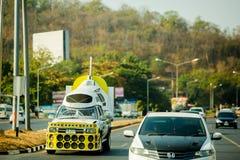 Nakhon Sawan Thailand: Februari 19, 2019: Kraftig förstärkare och högtalare på gula uppsamlingar för annonsering royaltyfria bilder