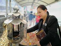NAKHON SI THAMMARAT TAJLANDIA, CZERWIEC, - 25, 2017: Młoda kobieta jest fotografia stock
