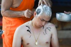 Nakhonnayok泰国, 7月3日:被刮的被规定的佛教仪式 库存照片