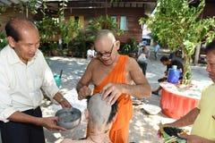 Nakhonnayok-Таиланд, 3-ье июля: Побритая предопределянная буддийская церемония стоковые изображения