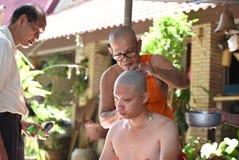 Nakhonnayok-Tailândia, o 3 de julho: Cerimônia budista ordenada barbeada Imagem de Stock Royalty Free
