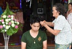 Nakhonnayok-Tailândia, o 3 de julho: Cerimônia budista ordenada barbeada Imagem de Stock