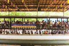 NAKHONPRATOM省THAILAND-APRIL, 4 :旅客看见鳄鱼s 免版税库存照片