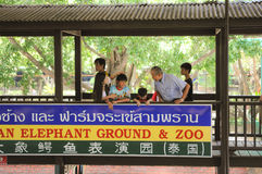 NAKHONPRATOM-PROVINZ THAILAND-APRIL, 4: Reisender sehen Krokodil s Lizenzfreie Stockfotos