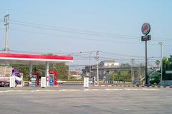 Nakhonpratom, Thailand: Am 27. Januar 2019 - Landschaftsölstation mit Stahlpfosten des Antriebs durch Service stockbild