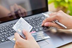 Nakhonratchasima, TAILÂNDIA - 1º de agosto de 2015: Tipo do VISTO do cartão de crédito com a pena no teclado Fotos de Stock
