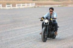 NAKHONRATCHASIMA TAJLANDIA, FEB, - 11, 2018: Mężczyzna cieszy się rowerzysty ono pozbywa się Obrazy Stock