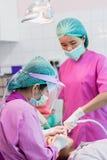 Nakhonsawan,泰国:2018年3月2日,检查牙的牙医和牙医助理孩子 库存照片