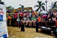 NAKHONSAWAN - 13 ΟΚΤΩΒΡΊΟΥ: Οι άνθρωποι που ζουν στην περιοχή, έχουν μια υψηλή πλημμύρα Στοκ Φωτογραφίες