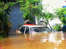 NAKHONSAWAN - 13 ΟΚΤΩΒΡΊΟΥ: Οι άνθρωποι που ζουν στην περιοχή, έχουν μια υψηλή πλημμύρα Στοκ Εικόνα