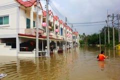 NAKHONSAWAN - 13 ΟΚΤΩΒΡΊΟΥ: Οι άνθρωποι που ζουν στην περιοχή, έχουν μια υψηλή πλημμύρα Στοκ Εικόνες