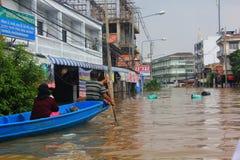 NAKHONSAWAN - 13 ΟΚΤΩΒΡΊΟΥ: Οι άνθρωποι που ζουν στην περιοχή, έχουν μια υψηλή πλημμύρα Στοκ φωτογραφία με δικαίωμα ελεύθερης χρήσης