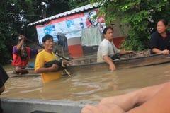 NAKHONSAWAN - 13 ΟΚΤΩΒΡΊΟΥ: Οι άνθρωποι που ζουν στην περιοχή, έχουν μια υψηλή πλημμύρα Στοκ Φωτογραφία