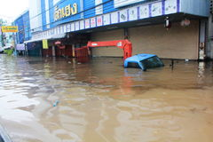 NAKHONSAWAN - 13 ΟΚΤΩΒΡΊΟΥ: Οι άνθρωποι που ζουν στην περιοχή, έχουν μια υψηλή πλημμύρα Στοκ εικόνες με δικαίωμα ελεύθερης χρήσης