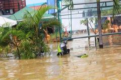 NAKHONSAWAN - 13 ΟΚΤΩΒΡΊΟΥ: Οι άνθρωποι που ζουν στην περιοχή, έχουν μια υψηλή πλημμύρα Στοκ εικόνα με δικαίωμα ελεύθερης χρήσης