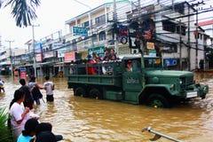 NAKHONSAWAN - 10月13日:在区域住的人们,有一次高洪水 库存图片
