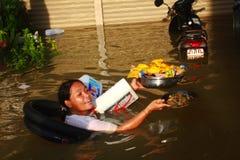 NAKHONSAWAN - 10月13日:在区域住的人们,有一次高洪水 免版税图库摄影
