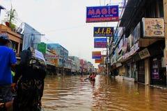 NAKHONSAWAN - 10月15日:在区域住的人们,有一次高洪水 免版税库存图片
