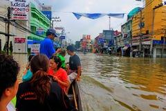NAKHONSAWAN - 10月13日:在区域住的人们,有一次高洪水 库存照片