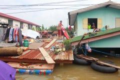 NAKHONSAWAN - 13 DE OUTUBRO: O pessoa que vive na área, tem uma inundação alta imagens de stock royalty free