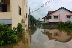 NAKHONSAWAN - 13 OKTOBER: De mensen die in het gebied leven, hebben een hoge vloed Stock Foto's